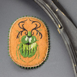 Broche brodée main insecte...